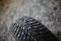 Nuevo neumático tachonado Imagen de archivo