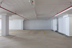 Nuevo parking interior, edificio industrial, undergrou vacío Imágenes de archivo libres de regalías