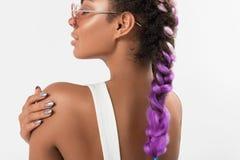 Nuevo peinado coloreado de moda de las mujeres Fotos de archivo