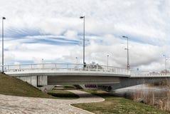 Nuevo puente concreto Zamora y parque de hierba del jardín Foto de archivo