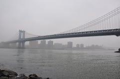 Nuevo puente de Jork Manhattan, niebla fotografía de archivo