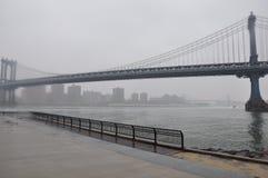 Nuevo puente de Jork Manhattan, niebla imagenes de archivo