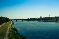 Nuevo puente en Tver, Rusia Verano, el río Volga, opinión de la ciudad fotos de archivo libres de regalías