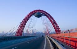 Nuevo puente guyed en el río de Moscú Imagen de archivo libre de regalías