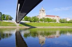 Nuevo puente y casa vieja en Vilna fotografía de archivo