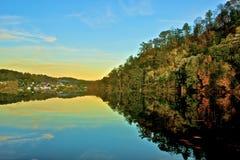 Nuevo río Autumn Reflections, fritadas, Virginia fotos de archivo libres de regalías