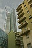 Nuevo rascacielos entre palacios viejos Imagen de archivo libre de regalías