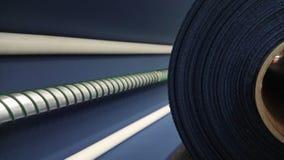 Nuevo rollo azul marino industrial, fondo azul marino Concepto: material, tela, fabricación, fábrica de la ropa, nuevas muestras  Fotografía de archivo libre de regalías