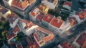 Nuevo-se casa sentarse en el tejado del alto edificio, disfrutando de madrugada metrajes