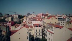 Nuevo-se casa sentarse en el tejado del alto edificio, disfrutando de madrugada almacen de video