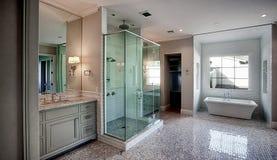 Nuevo sitio casero moderno de baño principal fotografía de archivo