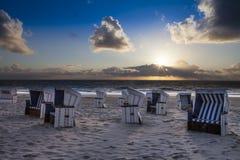 Nuevo Sylt - nuevas sillas de playa blancas azules Foto de archivo libre de regalías