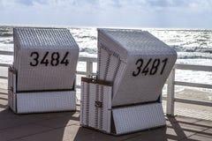 Nuevo Sylt - nuevas sillas de playa blancos y negros Imagenes de archivo