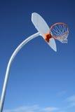 Nuevo tablero trasero de baloncesto y cielo claro imagenes de archivo