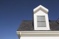 Nuevo tejado de la casa y de Windows contra el cielo azul profundo imágenes de archivo libres de regalías