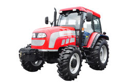 Nuevo tractor agrícola rojo aislado sobre el fondo blanco ingenio Imágenes de archivo libres de regalías
