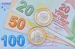 Nuevo turco moneda de 1 lira en billetes de banco Imagen de archivo libre de regalías
