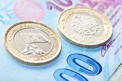Nuevo turco moneda de 1 lira en cientos billetes de banco de la lira turca Foto de archivo