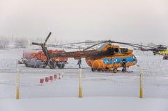 Nuevo Urengoy, YaNAO, al norte de Rusia Avia del helicóptero UTair y de Konvers en el aeropuerto local en el servicio 6 de enero  Fotografía de archivo libre de regalías