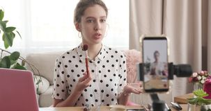 Nuevo vídeo de la grabación adolescente del vlogger mientras que habla sobre productos cosméticos metrajes