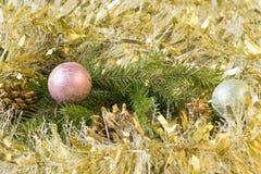 Nuevo Year& x27; juguetes de s y ramas spruce en una tabla de madera Foto de archivo libre de regalías