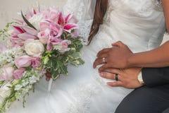 Nuevos anillos para la novia y el novio Imagenes de archivo