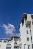 Nuevos apartamentos con los balcones fotografía de archivo libre de regalías