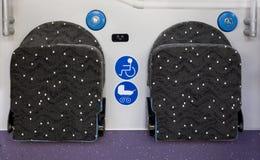 Nuevos asientos modernos del símbolo de la silla de ruedas del símbolo del cochecito de bebé del autobús imágenes de archivo libres de regalías