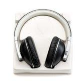 Nuevos auriculares en caja con el caso Fotos de archivo