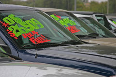 Nuevos automóviles para la venta fotografía de archivo