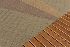 Nuevos banco de madera y pavimento Imagen de archivo libre de regalías
