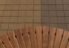 Nuevos banco de madera y pavimento Imagenes de archivo
