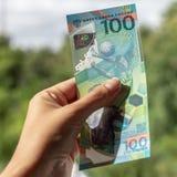 Nuevos billetes de banco del dinero ruso 100 rublos Nuevo dinero en Rusia 100 rublos para el mundial en Rusia en 2018 Foto de archivo