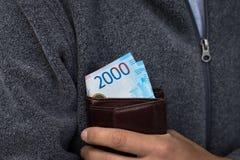 Nuevos billetes de banco rusos de 2000 rublos de los millares en el monedero de cuero foto de archivo libre de regalías