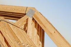 Nuevos bragueros de madera del pino con las suspensiones de la vigueta del metal atadas fotografía de archivo