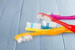 Nuevos cepillos de dientes coloridos en fondo Foto de archivo