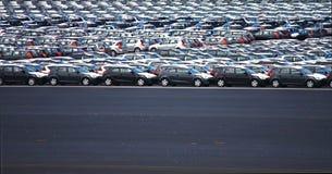 Nuevos coches en el aparcamiento de la fábrica fotografía de archivo