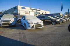 Nuevos coches en una fila Imagen de archivo libre de regalías