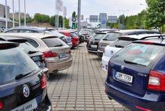 Nuevos coches que parquean Foto de archivo libre de regalías