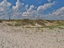 Nuevos dunas y cielo de la playa de Smyrna foto de archivo