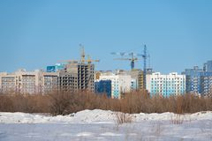 Nuevos edificios bajo construcción en un nuevo distrito de la ciudad imágenes de archivo libres de regalías