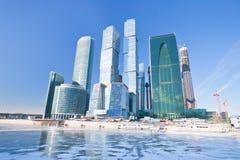 Nuevos edificios de la ciudad de Moscú en invierno fotografía de archivo