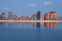 Nuevos edificios en el terraplén del río. Foto de archivo