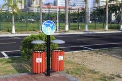 Nuevos envases de basura para la separación de la basura Foto de archivo