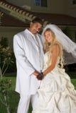 Nuevos felices wed pares interraciales en humor de la boda Fotos de archivo