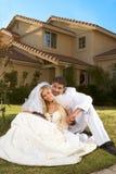 Nuevos felices wed pares interraciales en humor de la boda Imagen de archivo
