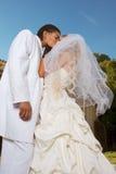 Nuevos felices wed pares interraciales en humor de la boda Fotografía de archivo libre de regalías