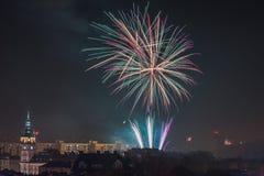 Nuevos fuegos artificiales de Year's Eve en Bielsko-Biala, Polonia Imagen de archivo libre de regalías
