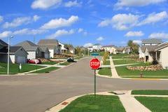 Nuevos hogares residenciales en una subdivisión suburbana fotos de archivo
