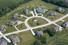 Nuevos hogares y casas en un suburbio, visión aérea Imagen de archivo